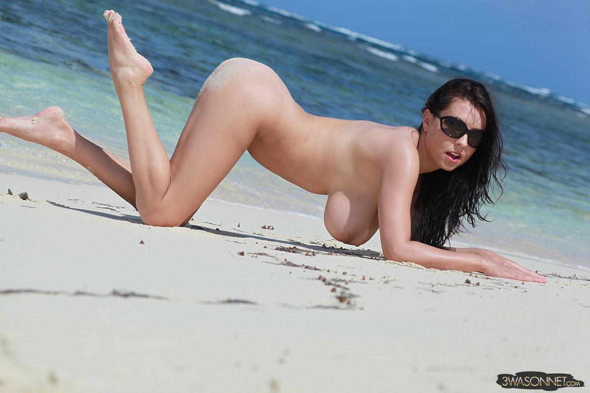Грудастая Ewa Sonnet одна на пляже