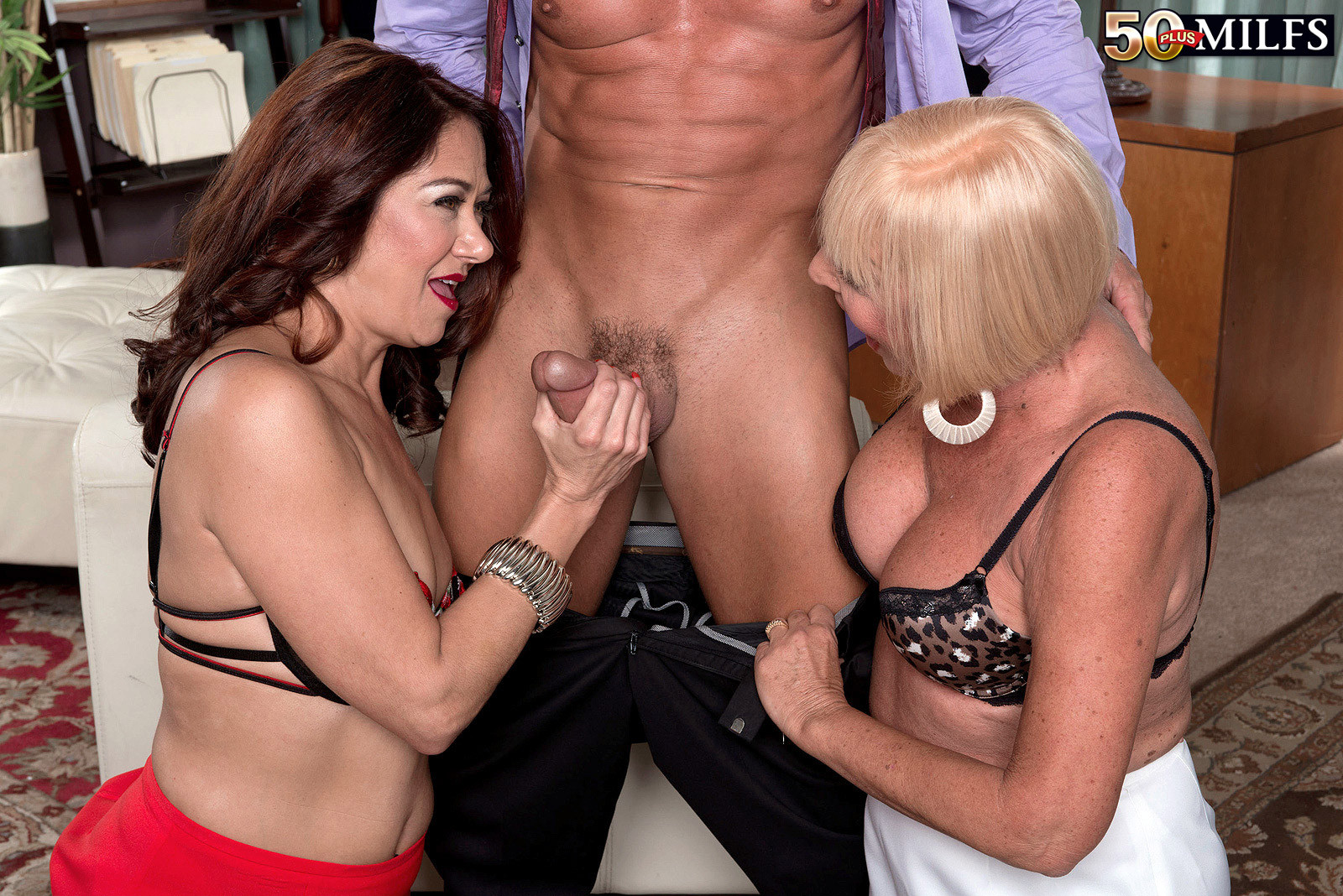 Пожилые женщины сношаются с молодым боссом
