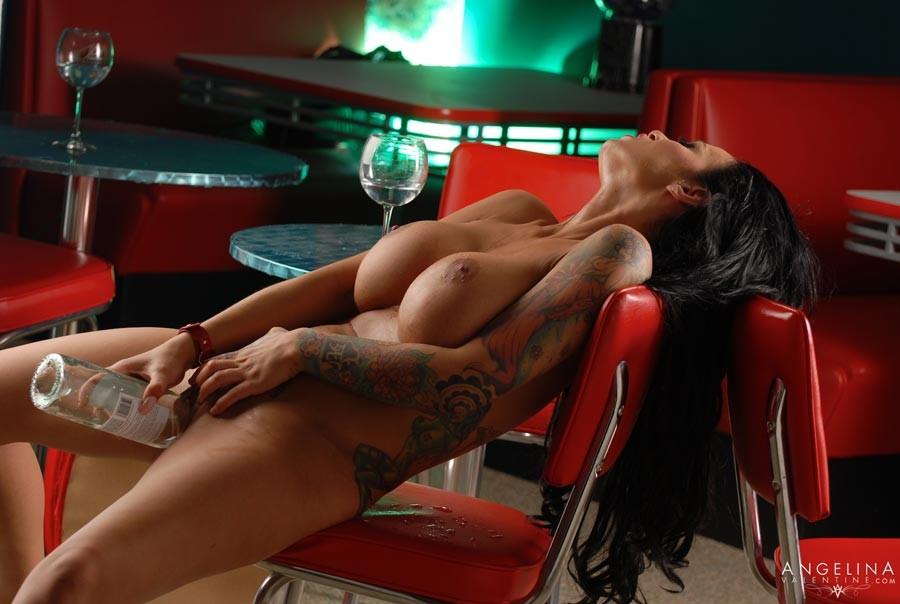 Angelina Valentine - Бутылки - Порно галерея № 3325787