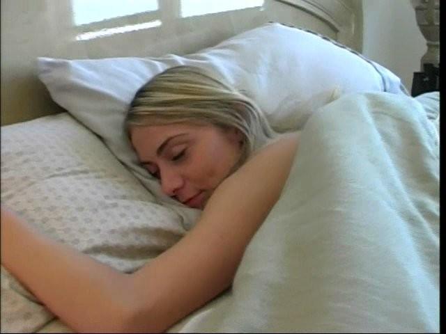 Засунул спящей подружке хуй в пизду, отчего она проснулась с улыбкой