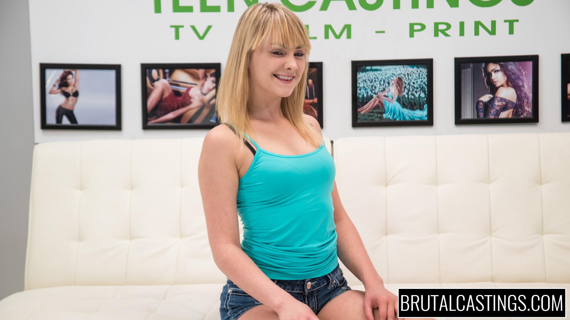 Блондинка Lizzie Bell проходит кастинг