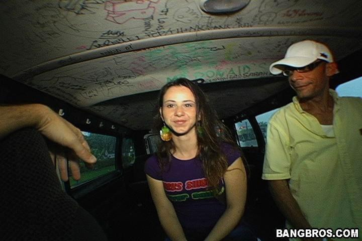 Молодая блядь дала пожилому в микроавтобусе