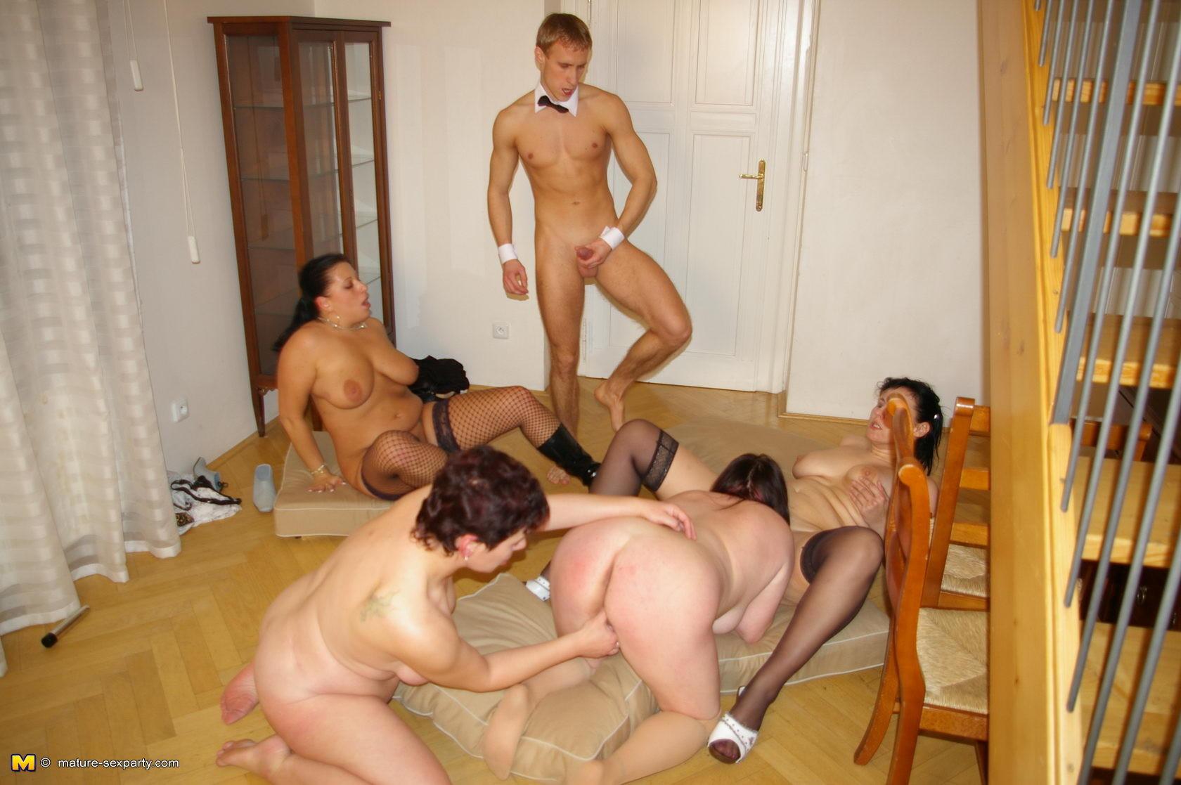 porno-molodie-devushki-s-vzroslimi