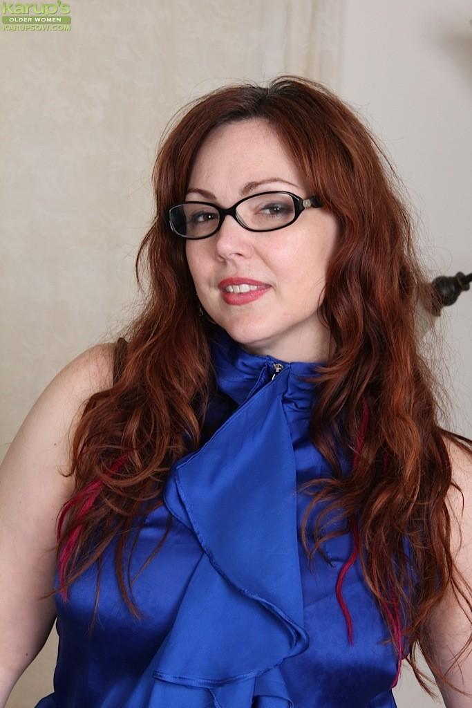 Жирненькая женщина готова трахнуть себя хоть очками