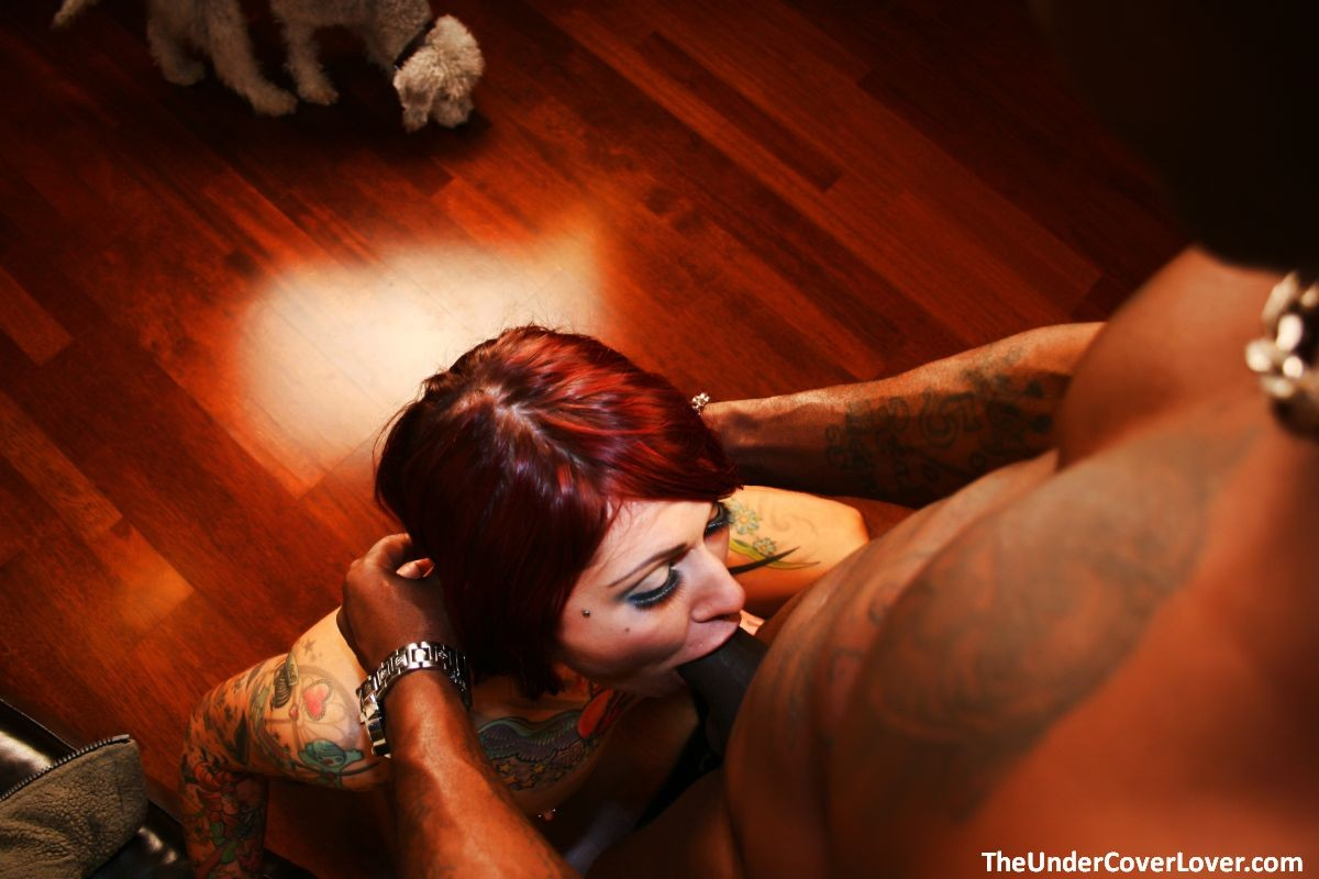 Рыжая шалава с татуировками ебется с негром