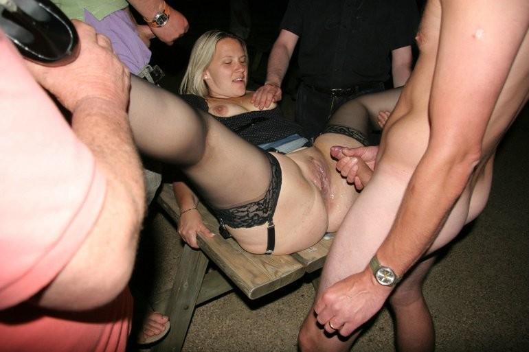 Жена ебется с толпой мужчин в машине мужа