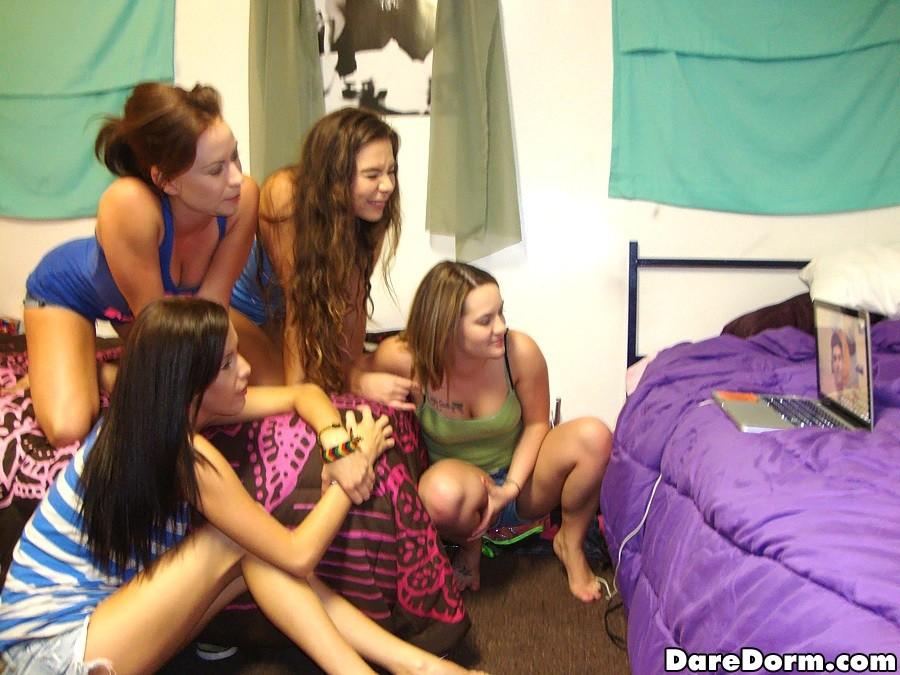 Молодые бисексуальные студентки позвали в комнату парня