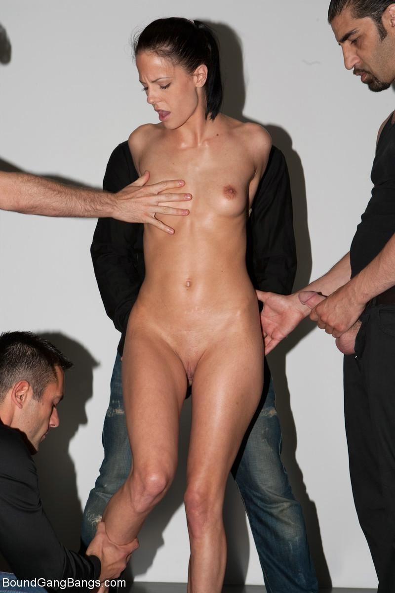 проститутку мужики лапают