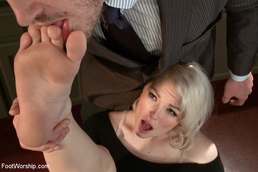 Ella Nova любит нюхать свои красивые ноги