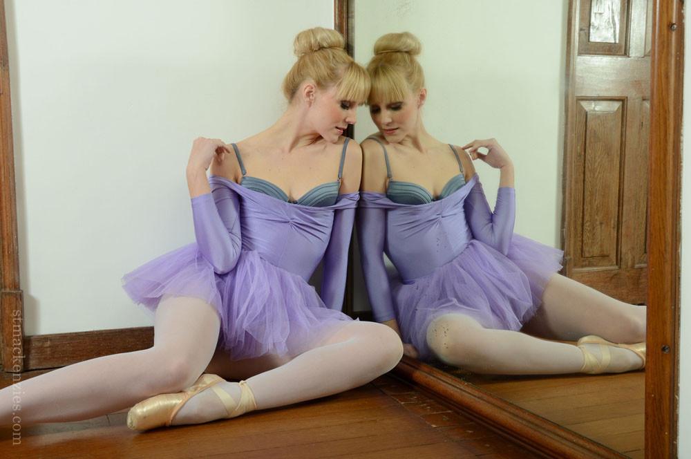 Гибкая балерина голая у зеркала