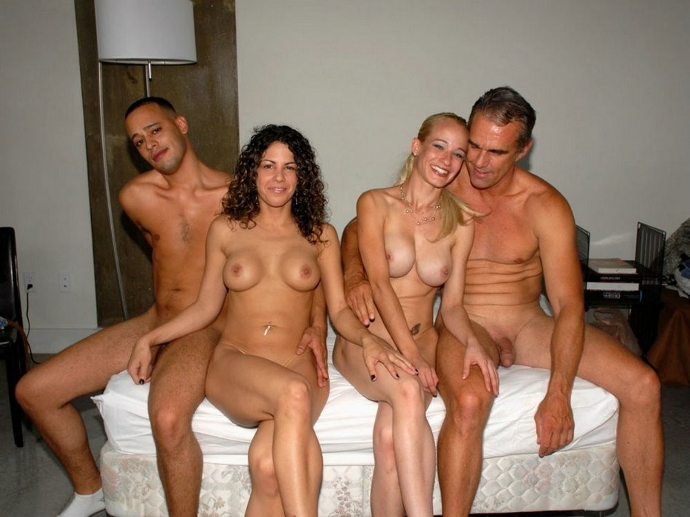 Четвером в камера пар скрытая семейных секс