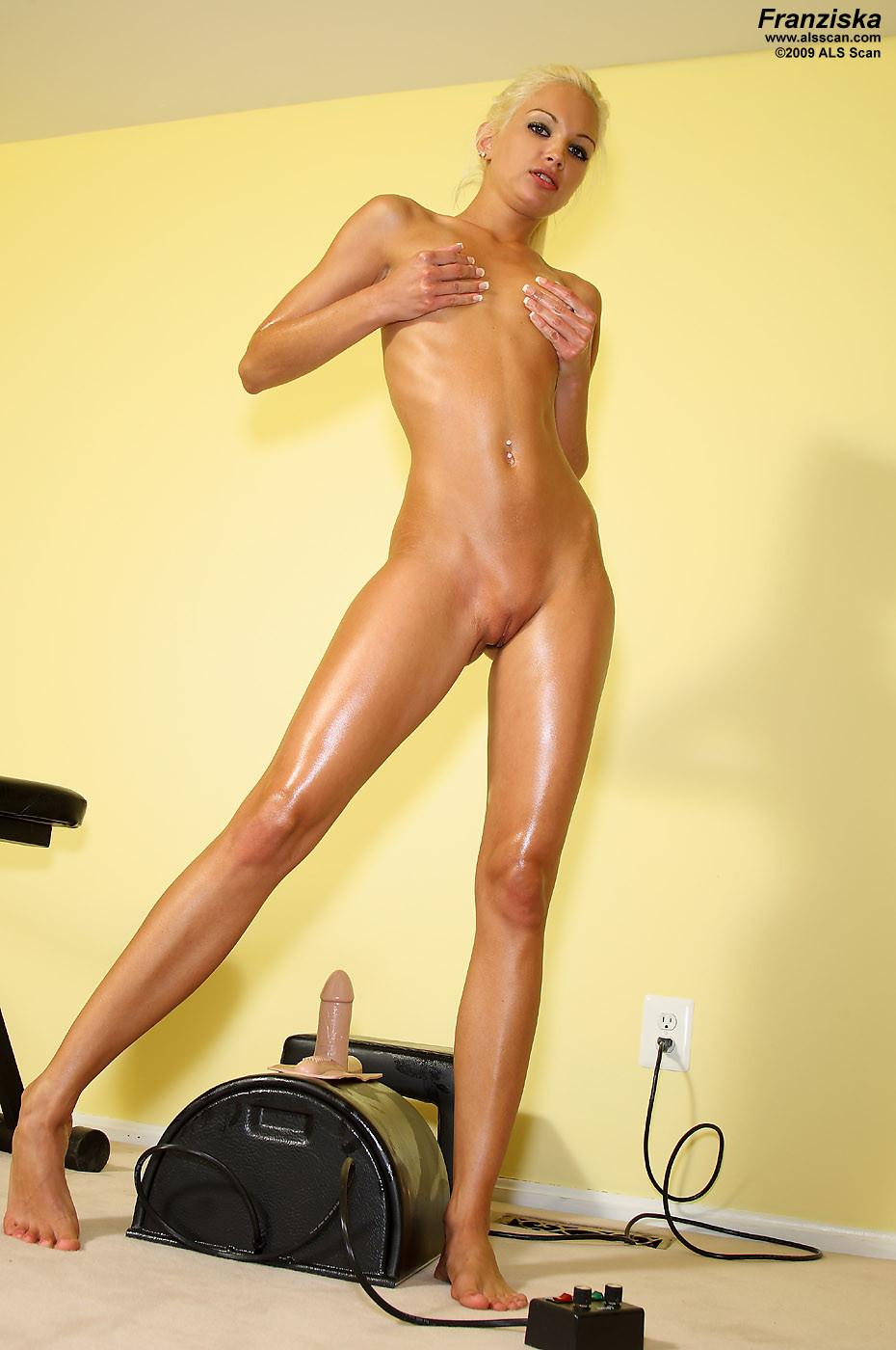 Очень стройная блондинка Franziska Facella решила помастурбировать