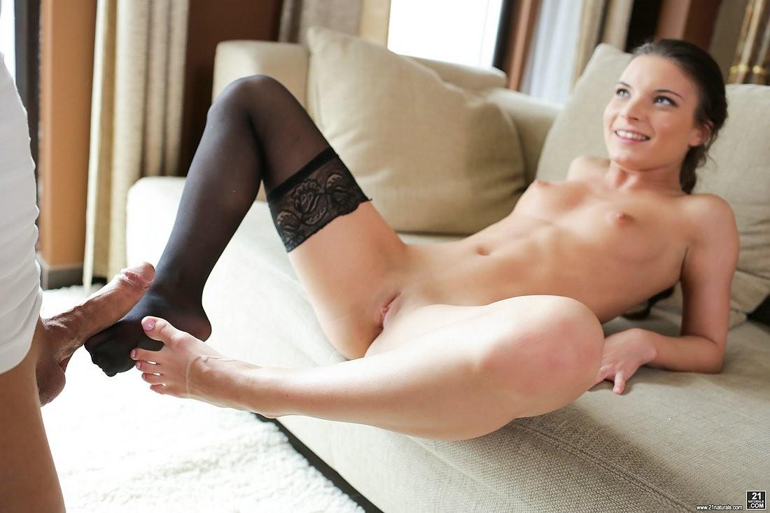 Anita Bellini - Дрочит ножками (футджоб) - Галерея № 3527058
