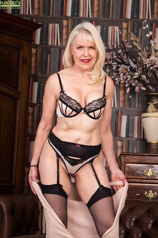 Влажная киска пожилой блондинки Margaret Holt