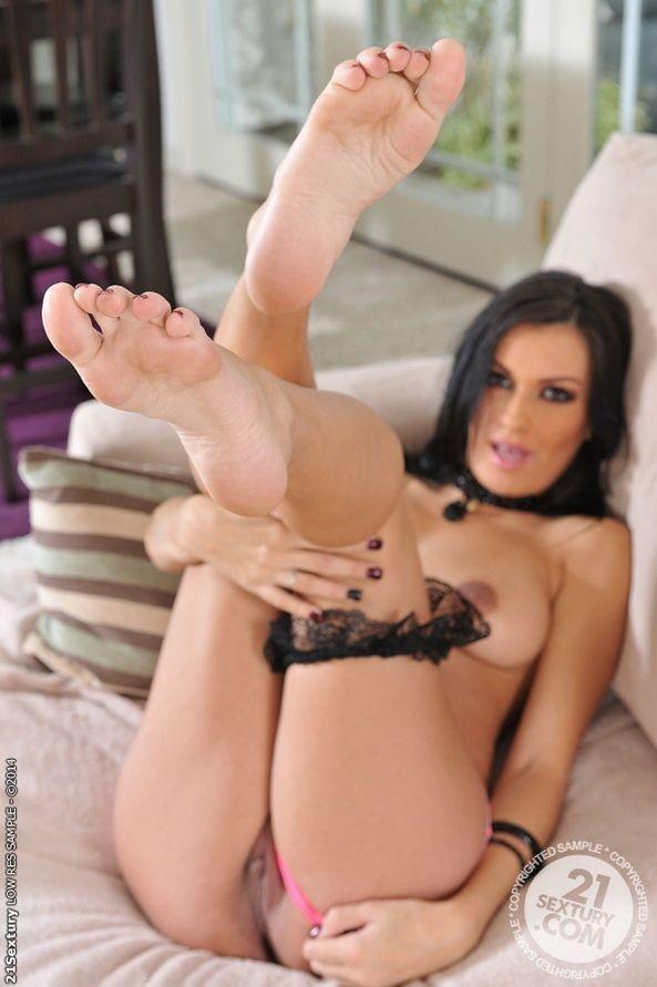 Nadia Capri ебется и дрочит член своими красивыми ножками