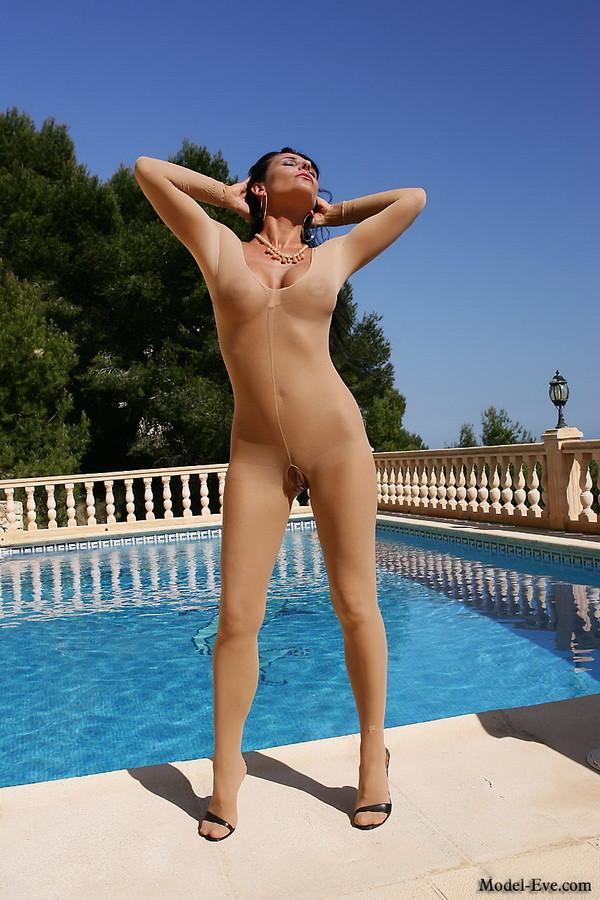 Model Eve показывает киску через дырку в нейлоновом костюме