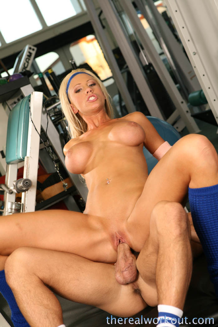 Порно с блондинкой в спортзале онлайн
