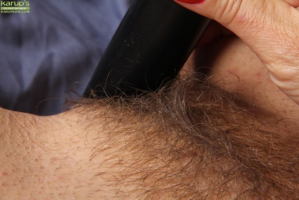 Пожилая Sabina Wexler ласкает свою волосатую промежность