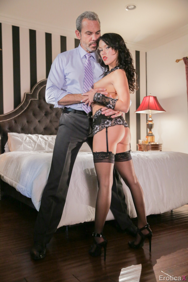 Megan Rain встречается с мужчиной в гостинице