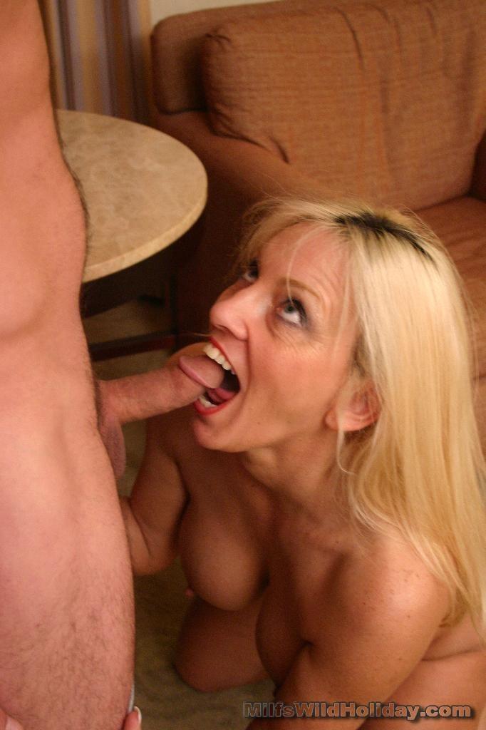 Зрелая блондинка встретилась с любовником в гостиничном номере
