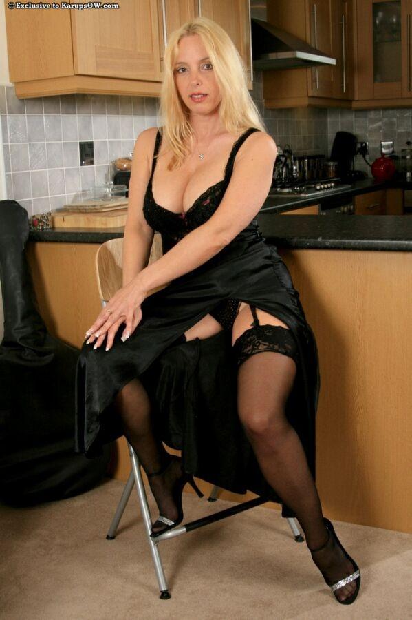Сексуально одетая сисястая блонда разделась на кухне