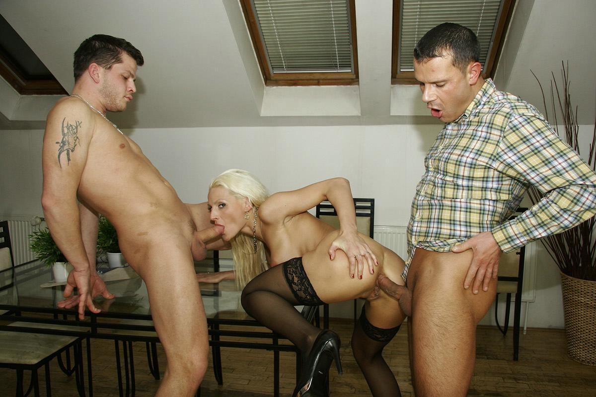 Порно грабитель трахнул хозяйку