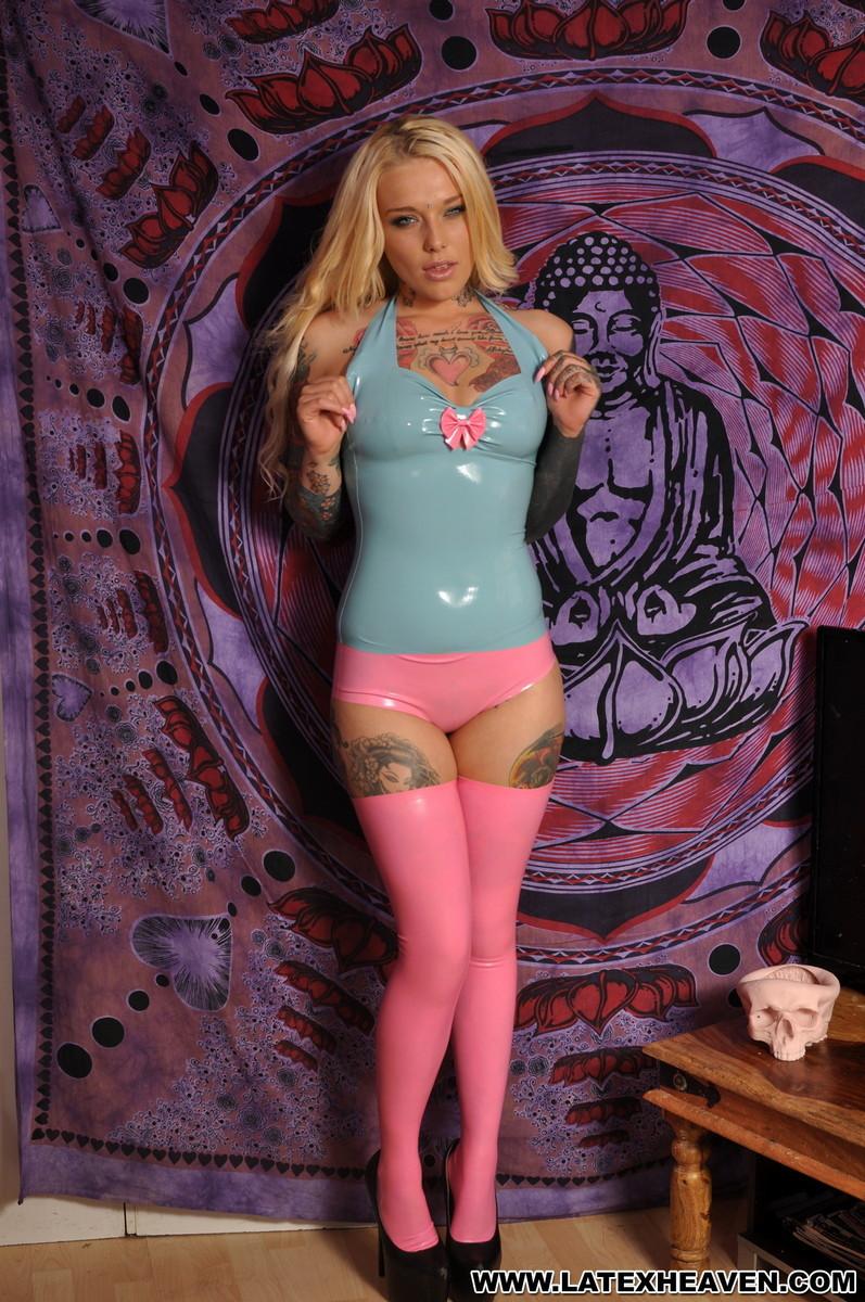 Татуированная блондинка в латексе