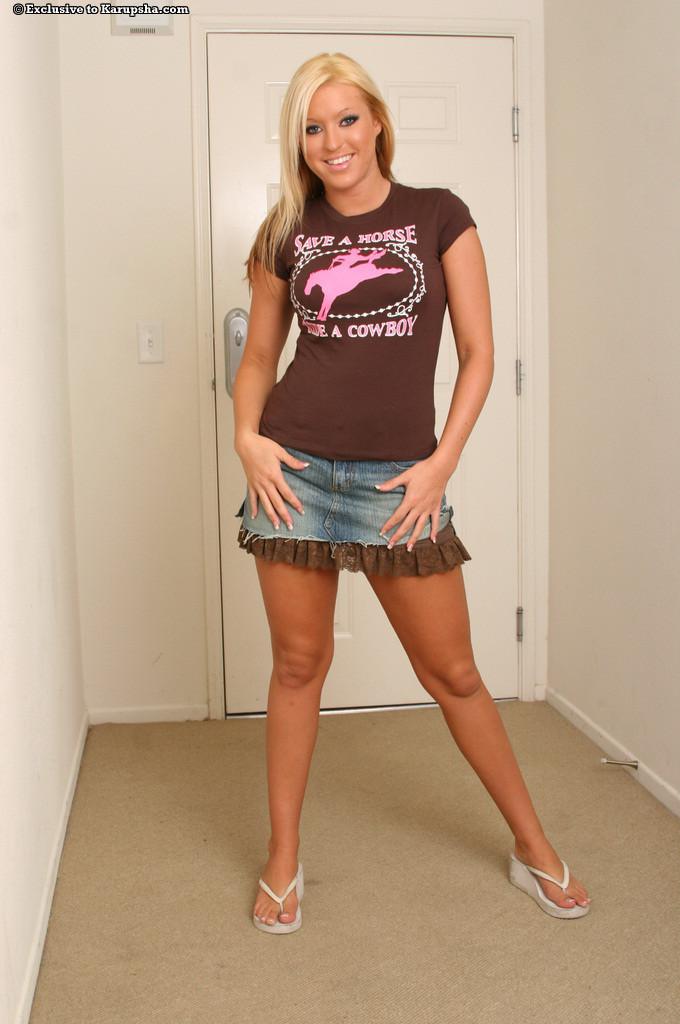 Молодая порно актриса с кудрявыми волосами фото