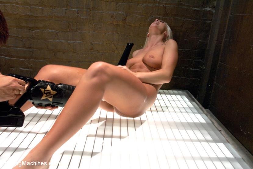 Милая блондинка Emily Austin легла под секс машину