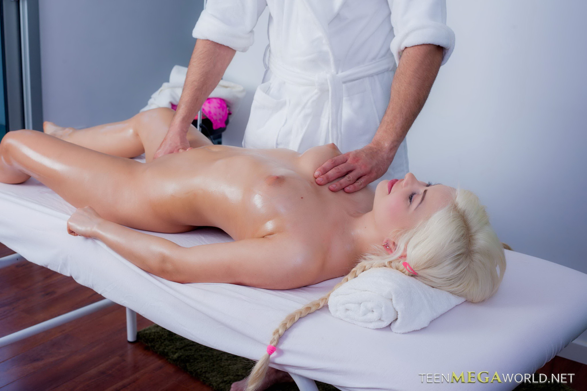 Блондинка расслабилась на массаже