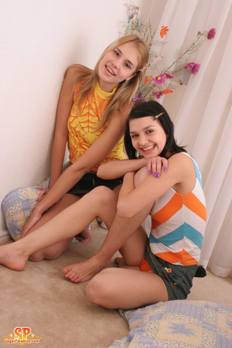 Две молодые подружки хотят пошалить