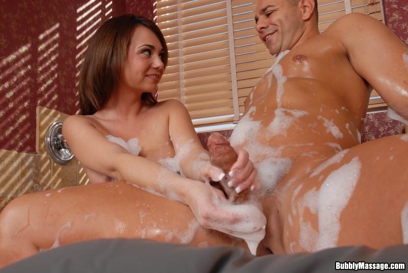 Holly West дрочит парню в ванной