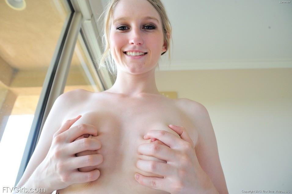 Блондинка мастурбирует придя домой после пробежки
