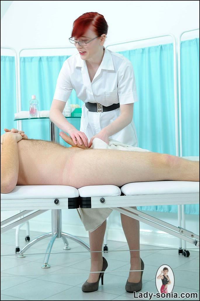яйца пациенту ощупывает медсестра