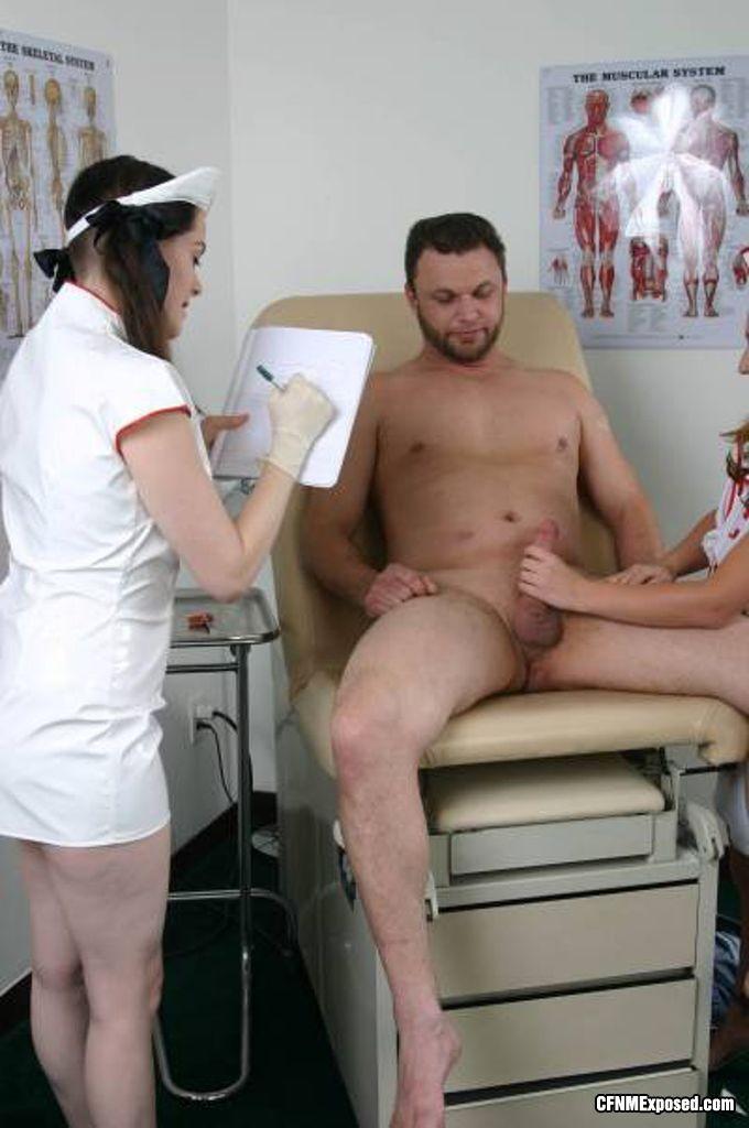 Медсестра дрочит большой член