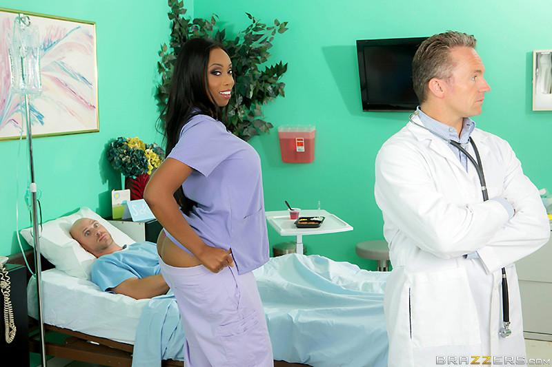 Темнокожая медсестра Codi Bryant подняла больного с постели