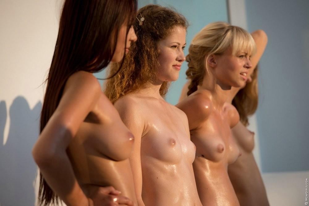 Четыре подружки намазались маслом