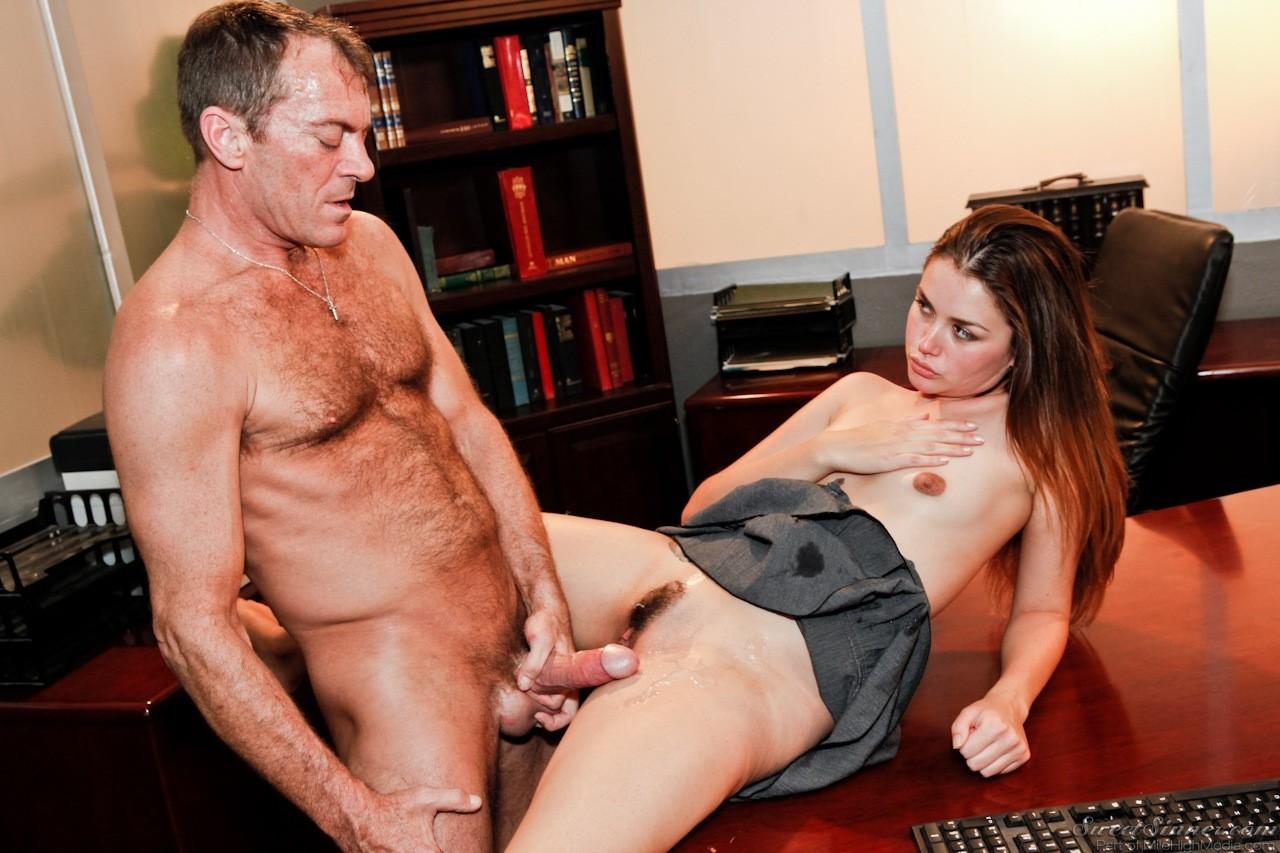 Allie Haze трахается в офисе с боссом