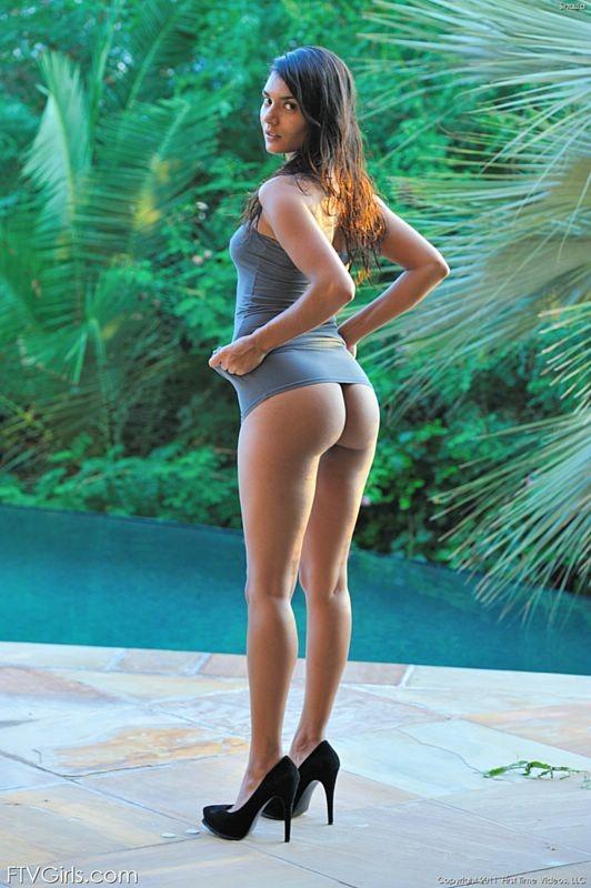 Мега сексапильная и красивая телка разделась у открытого бассейна