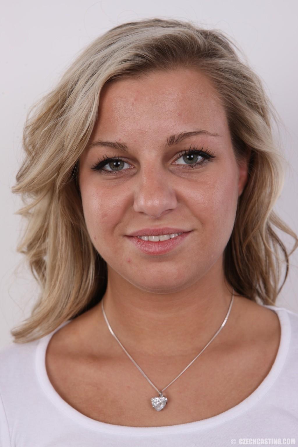 Блондинка показала пизду на кастинге за 50 евро