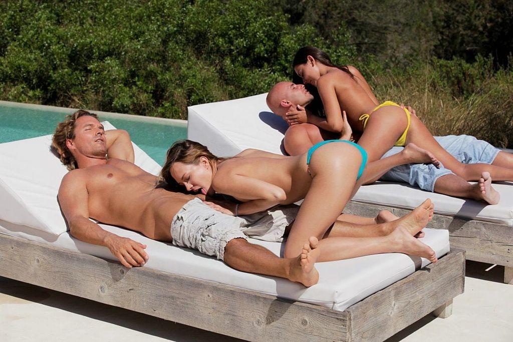 В бассейне - Порно галерея № 3247895