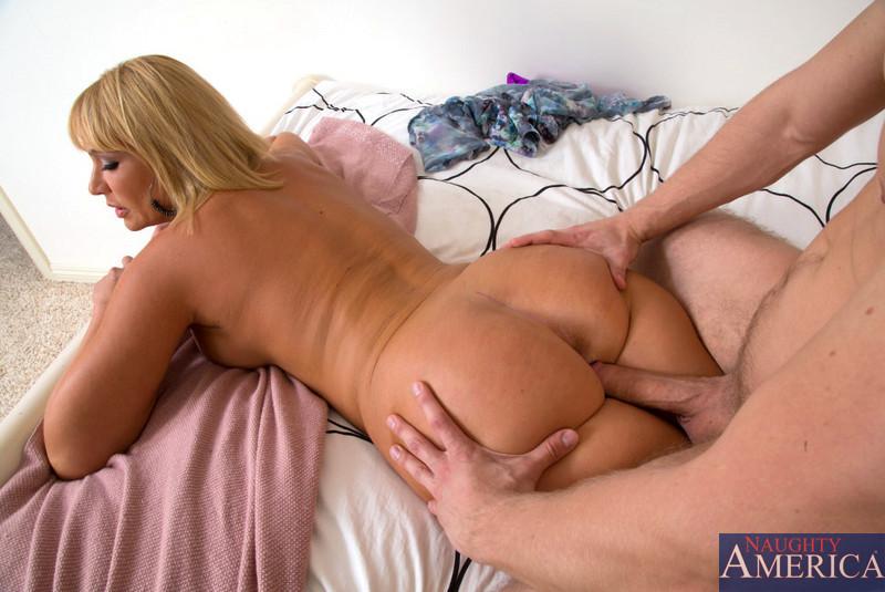 Секс со взрослой блондинкой и ее партнером в киску