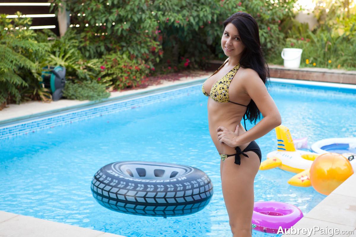 Aubrey Paige - В бассейне - Порно галерея № 3471636