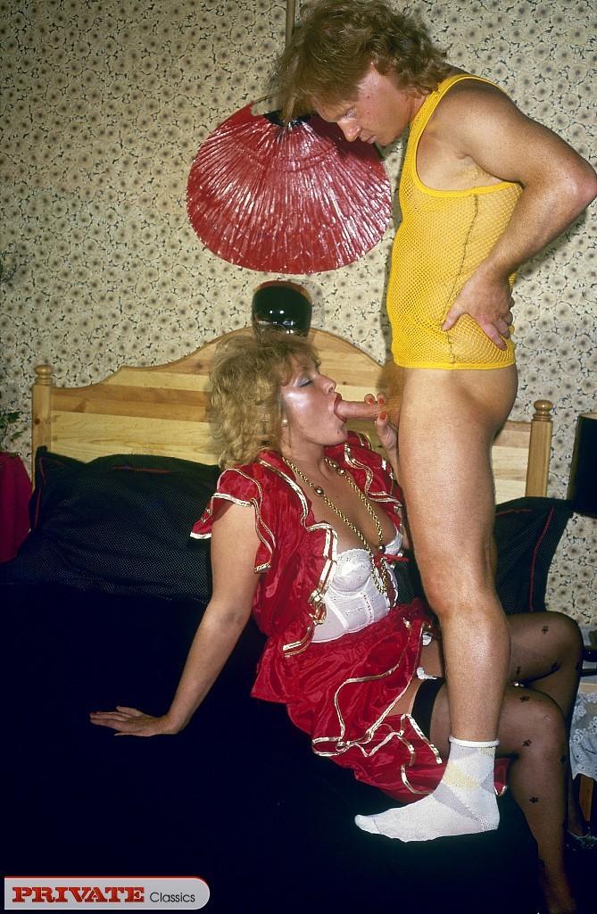 Ретро секс с рыжей бабой в волосатый анус