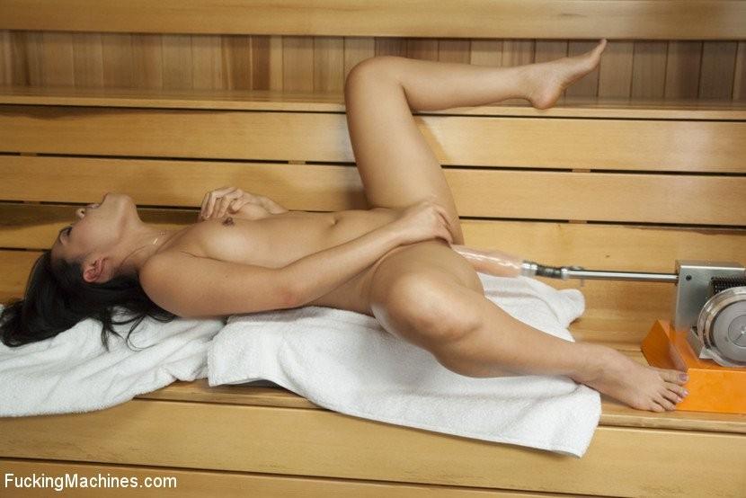 Азиатка Cindy Starfall ходит в сауну не с мужиками, а секс машинами