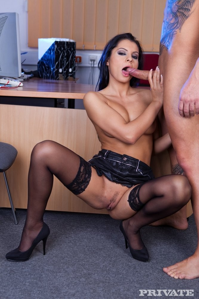 Красивая секретарша Lucy Belle обслуживает босса