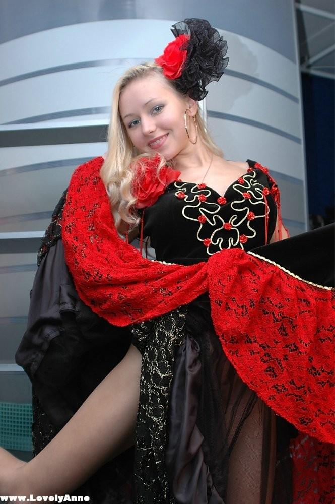 Худая блондинка Lovely Anne снимает традиционное платье
