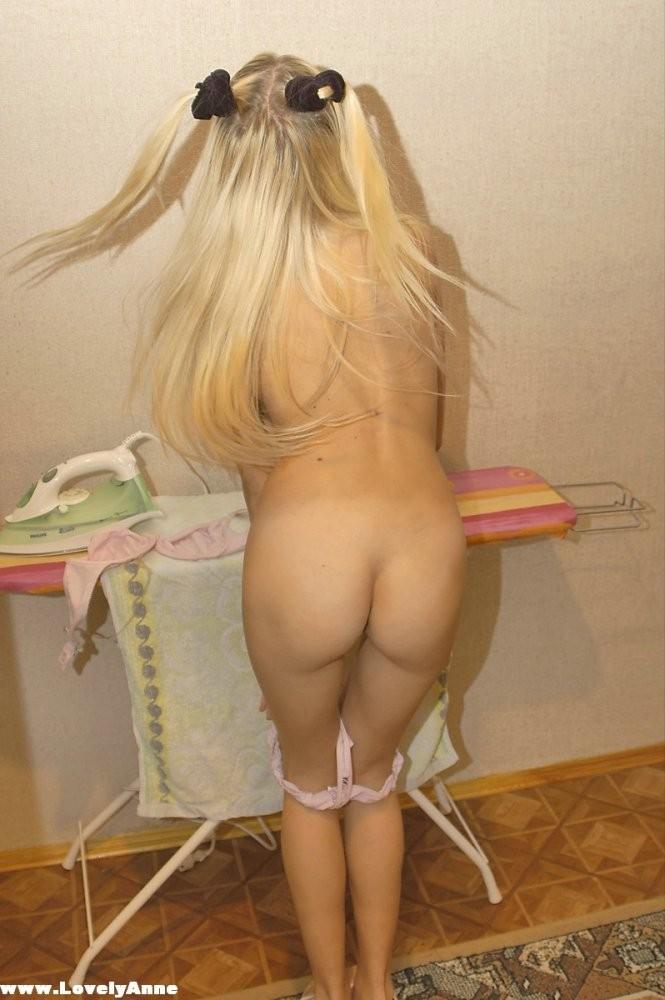 Худая блондинка Lovely Anne лениться гладить одежду, раздеться и погладить киску веселее