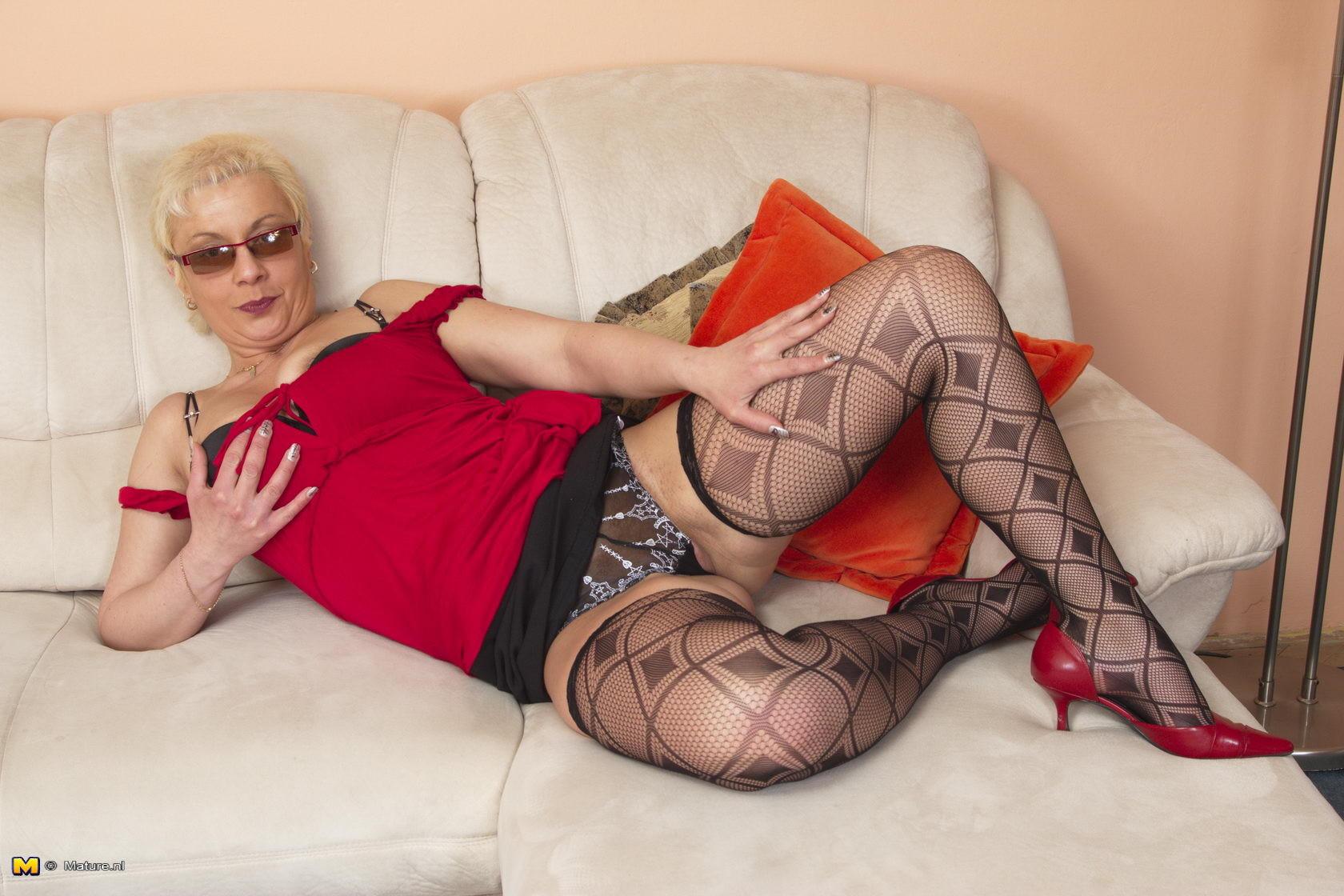 Пожилая блондинка пытается соблазнить висячими сиськами