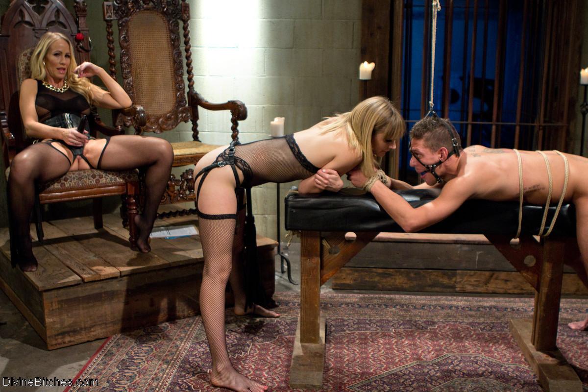 Ножная рабыня в сексуальном рабстве у госпожи